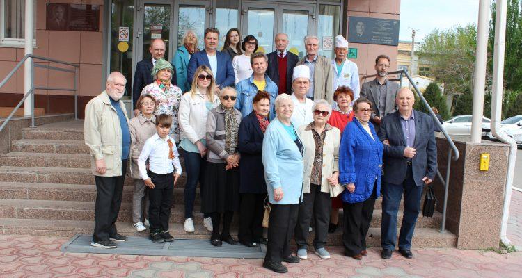 В Астрахани открыли мемориальную доску в память о выдающемся хирурге Василии Колесникове