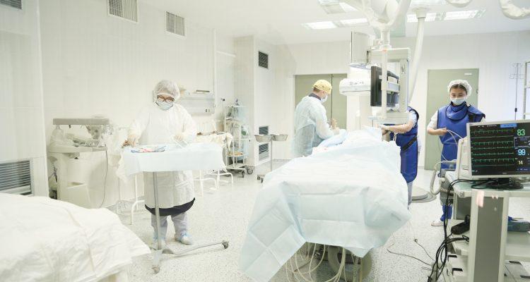 Высокотехнологичное лечение сохранило жизнь пациенту Александро-Мариинской больницы с тяжёлой сосудистой патологией